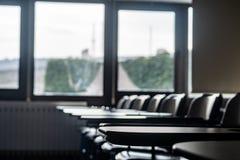Schoolzetels die door vensters kijken royalty-vrije stock afbeelding