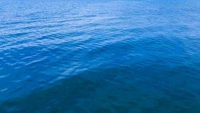 Schoon blauw zeewater stock foto