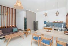 Schoon de Villa minimalistisch ontwerp van de keukenruimte Stock Foto's