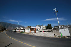 Schoon dorp met zonnestraatlantaarns Stock Afbeelding