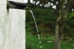 Schoon drinkwater die door de pijp vloeien stock foto