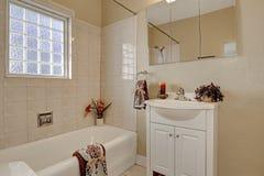 Schoon en warm badkamersbinnenland Royalty-vrije Stock Afbeelding