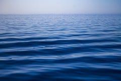 Schoon minimalistic blauw oceaanwater met golven royalty-vrije stock fotografie