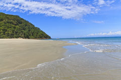Schoon strand bij als ilhas in Barra do Sahy Stock Foto's