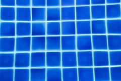schoon water in een blauw zwembad Stock Afbeeldingen