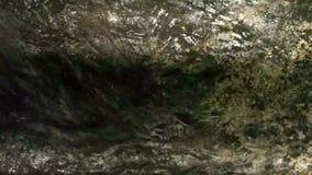 Schoon water en oude geul die gutsen stock footage