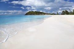 Schoon Wit Caraïbisch Strand met Blauwe Hemel, Antigua stock afbeeldingen