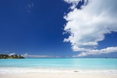 Schoon Wit Caraïbisch Strand met Blauwe Hemel, Antigua royalty-vrije stock foto's