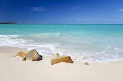 Schoon Wit Caraïbisch Strand met Turkoois Water, Antigua stock fotografie