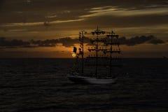 Schooner en bois au coucher du soleil photos libres de droits