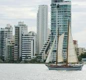 Schooner- und Cartagena-Skyline Stockfoto