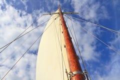Schoonermasten och seglar i blåttsky Royaltyfria Foton