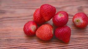 Schoongemaakte Aardbeien op de Houten Lijst stock videobeelden