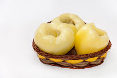 Schoongemaakte gele paprika in de mand over wit Stock Foto's