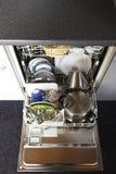 Schoongemaakte schotels in open afwasmachine Royalty-vrije Stock Fotografie