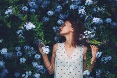 Schoonheid in aard Vrouwenportret op bloemenachtergrond Stock Foto's