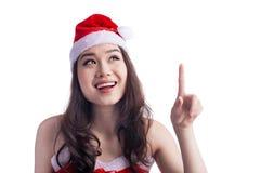 Schoonheid Aziatisch ModelGirl in Santa Hat Looking omhoog en Richtend ISO royalty-vrije stock afbeeldingen