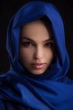 Schoonheid in blauwe doek. Royalty-vrije Stock Afbeeldingen