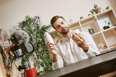 Schoonheid blogger Knappe jonge mens die nieuwe videoblogepisode over nieuwe cosmetischee producten registreren royalty-vrije stock fotografie