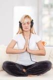 Schoonheid, blondie vrouw in een yogapositie Stock Foto