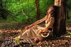 Schoonheid in bos met rode appelen Royalty-vrije Stock Afbeeldingen