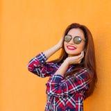 schoonheid De manierportret van de de zomer zonnig levensstijl van jonge modieuze hipstervrouw, in overhemd Exemplaar-ruimte Royalty-vrije Stock Fotografie