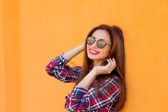 schoonheid De manierportret van de de zomer zonnig levensstijl van jonge modieuze hipstervrouw, in overhemd Exemplaar-ruimte Royalty-vrije Stock Foto