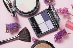 Schoonheid, decoratieve schoonheidsmiddelen en giftdoos met boog De make-upborstels plaatsen en kleuren oogschaduwpalet op helder Royalty-vrije Stock Foto's