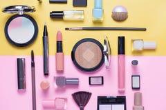 Schoonheid, decoratieve schoonheidsmiddelen en giftdoos met boog De make-upborstels plaatsen en kleuren oogschaduwpalet op helder Royalty-vrije Stock Afbeeldingen