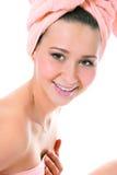 Schoonheid die jonge vrouw in handdoek glimlacht Royalty-vrije Stock Foto's