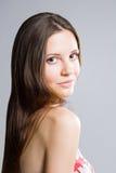Schoonheid die van schitterende jonge brunette is ontsproten. Stock Fotografie