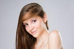 Schoonheid die van schitterende jonge brunette is ontsproten. Stock Afbeeldingen