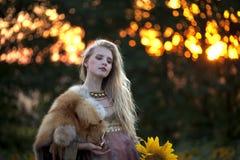 Schoonheid en de zonnebloemen royalty-vrije stock foto's