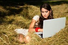 Schoonheid en Internet in het dorp. Stock Afbeeldingen