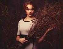Schoonheid en kunstconcept: de vrouw met helder maakt omhoog met droge takken, studiospruit Royalty-vrije Stock Foto