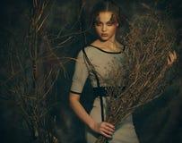 Schoonheid en kunstconcept: de vrouw met helder maakt omhoog met droge takken, studiospruit Royalty-vrije Stock Afbeeldingen