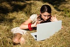 Schoonheid en laptop in het dorp. Royalty-vrije Stock Afbeelding