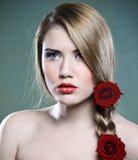 Schoonheid en rozen Royalty-vrije Stock Foto's