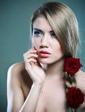 Schoonheid en rozen Stock Afbeelding