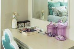 Schoonheid en samenstelling op een toilettafel wordt geplaatst die Royalty-vrije Stock Foto