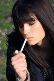 Schoonheid en sigaret Stock Foto