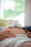 Schoonheid en vreugde van zwangerschap en anticiperen stock foto