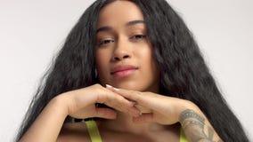 Schoonheid gemengd ras Afrikaans Amerikaans model in studioportretten met lange haarpruik stock video