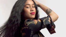 Schoonheid gemengd ras Afrikaans Amerikaans model in studioportretten met lange haarpruik stock videobeelden