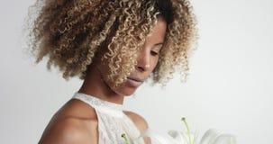 Schoonheid gemengde rasbruid in studio stock videobeelden