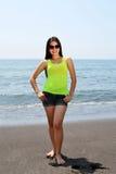 Schoonheid het stellen op het strand Royalty-vrije Stock Foto's