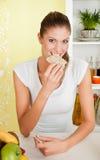 Schoonheid, jong meisje dat koekje eet royalty-vrije stock afbeelding