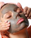 Schoonheid-kuuroord. Het toepassen van kosmetisch moddermasker. stock foto