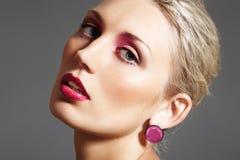 Schoonheid met avondsamenstelling, heldere lippen & juwelen Royalty-vrije Stock Fotografie