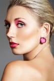 Schoonheid met avondsamenstelling, heldere lippen & juwelen Stock Foto's